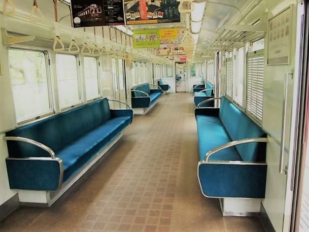 能勢電鉄3100系の内装はブルーの座席