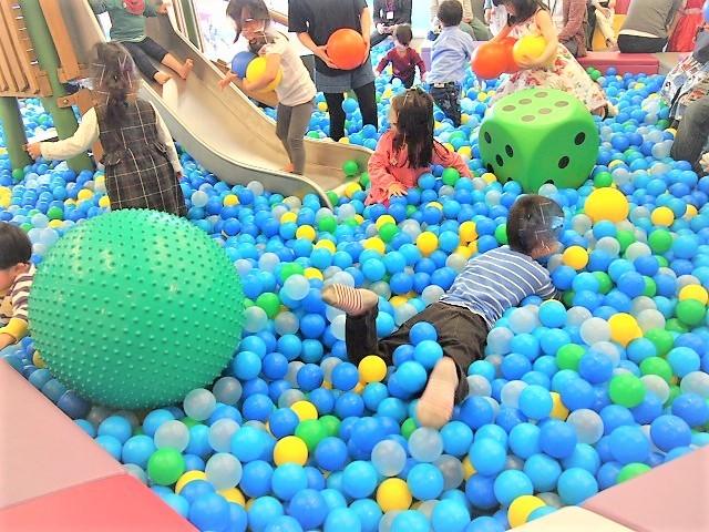入口入ってすぐ横にあるボールプールでたくさんの子供が遊んでいる