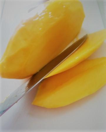 マンゴーは種の部分をよけてスライス