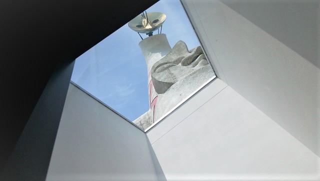 太陽の塔を真下から見上げることができる小窓