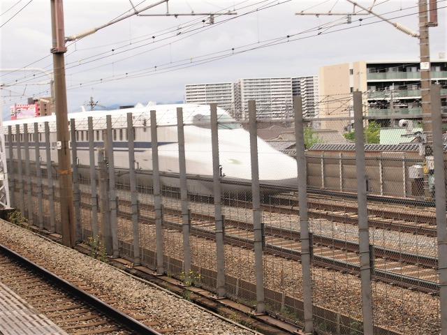 阪急上牧駅を新幹線が通過する速さは約4.5秒