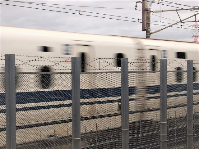 あっという間に通り過ぎる新幹線