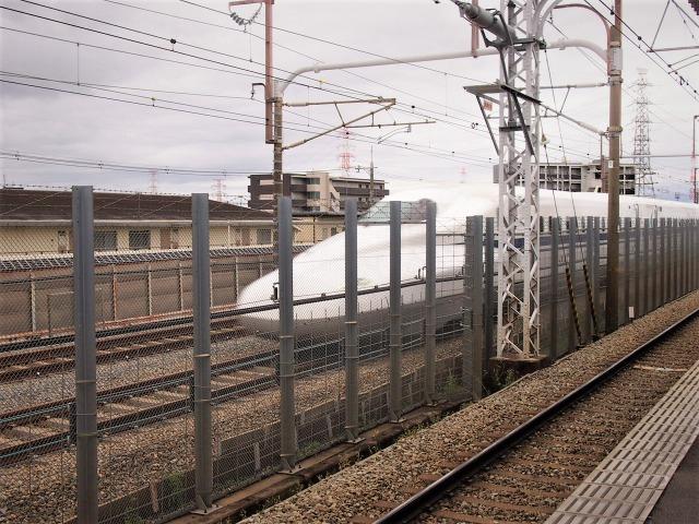 阪急上牧駅では京とれいん雅洛と新幹線の並走が見られる