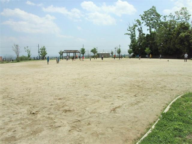 なないろ公園にはボール遊びができる広場もあります