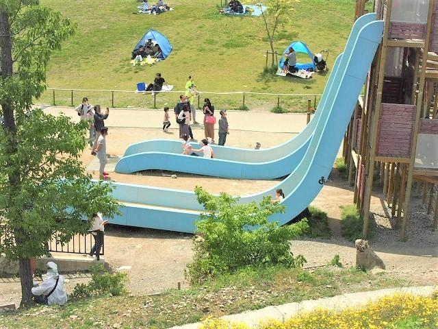 なないろ公園名物フリーフォールすべり台は傾斜が約80度