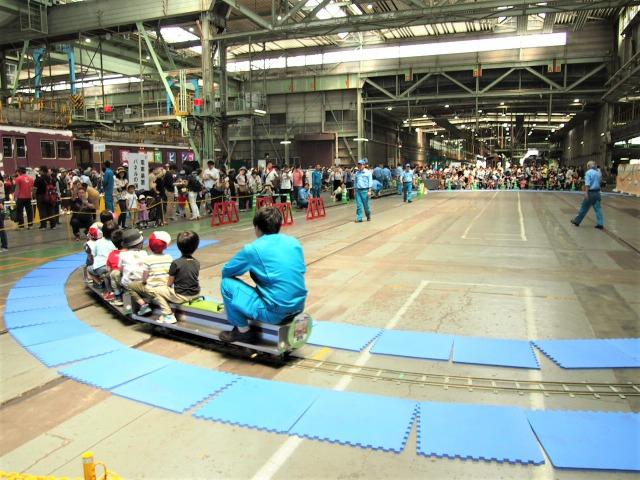 ちびっこ電車というミニ電車に子供たちが乗っている