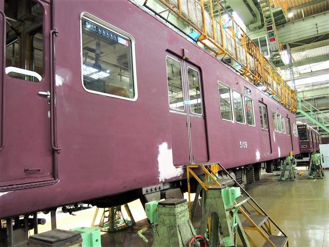 塗装が落とされ研磨されている阪急電車の車体