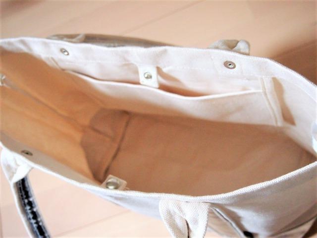 トートバッグにはスナップボタンとポケットが付いている
