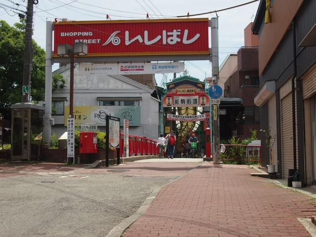 阪急宝塚線と並行して並んでいるいしばし商店街